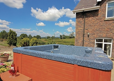 cottage holidays with hot tub for big groups